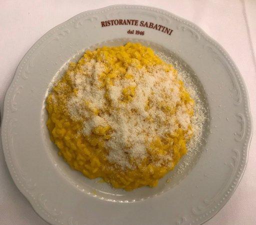 Ristorante Pizzeria Sabatini: サフランのリゾットミラノ風,米に芯があるだの,味付けが物足りないだの日本人からは文句が出そうだ