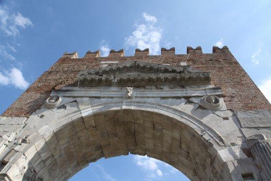 Arco d'Augusto: Арка