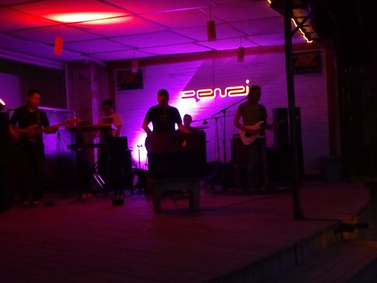 Zenzi Beach Bar & Restaurant: Rock en vivo, buenos musicos