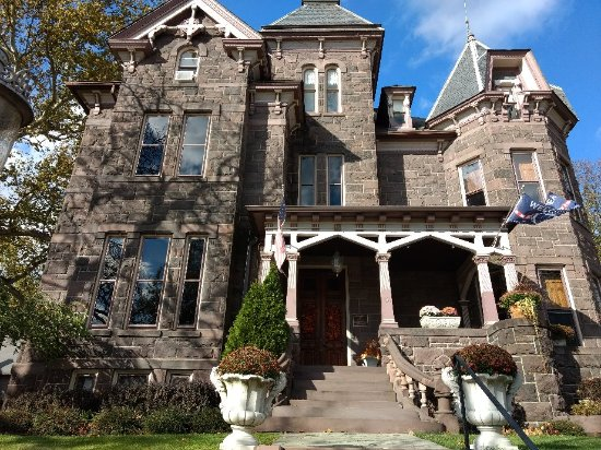 Reynolds Mansion Bed and Breakfast: Bed & Breakfast done right!