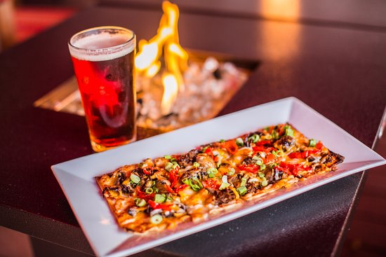 Long Beach Township, Nueva Jersey: Flatbread and craft beer on the Garden Patio by the fire pit.