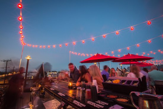 Long Beach Township, NJ: Rooftop O Bar at night.