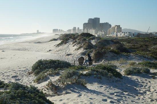 Table View, South Africa: Вид с пляжа на другую от столовой горы сторону.