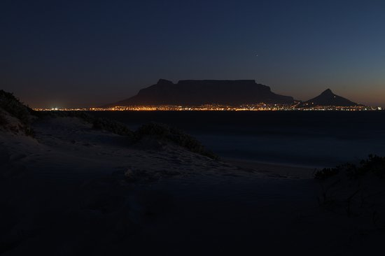 Table View, Sudáfrica: Столовая гора и Кейптаун после заката. Вид с пляжа отеля.