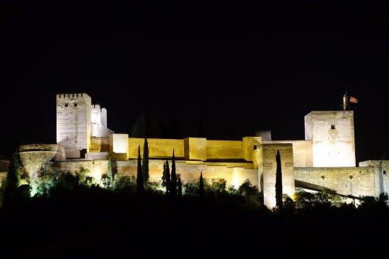 Las-Tres-Terrazas : The Alhambra at night