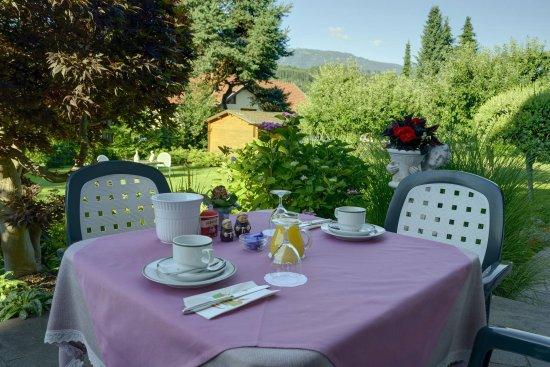 Seeboden, Austria: Frühstück auf der Sonnenterasse