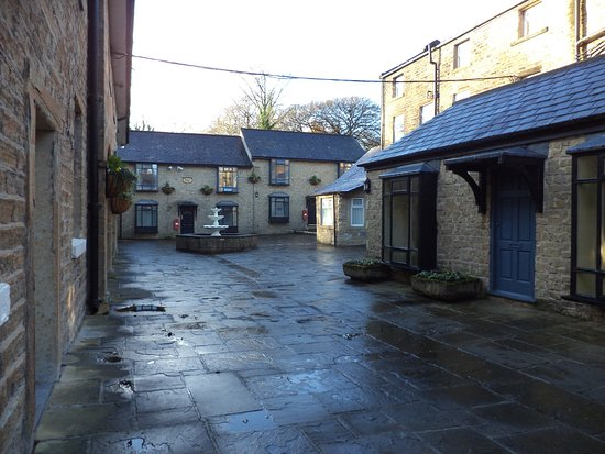 Clayton le Moors, UK: The courtyard where some rooms are located