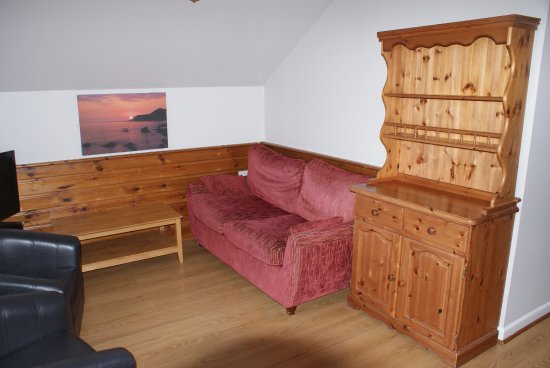 Golden Coast Holiday Village: Tired Sofa....UNCOMFORTABLE!!!