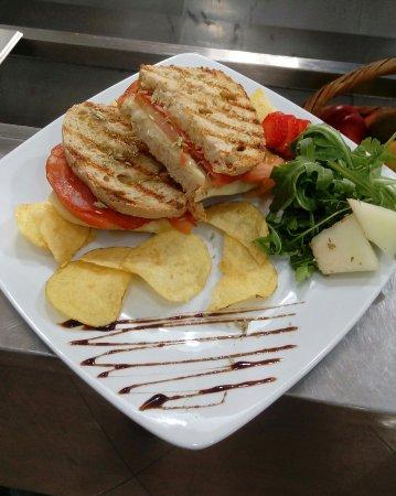 Scoopit Restaurante & Creperia :  Tosta de chouriço, queijo, tomate e orégano