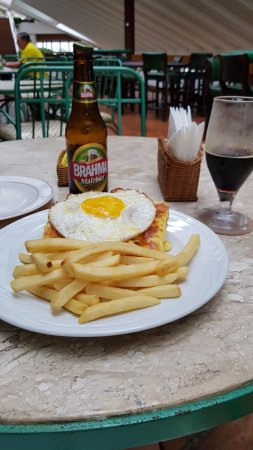 Hotel Transamerica Ilha de Comandatuba: Bar acima do restaurante principal. Sanduíche grande por R$24