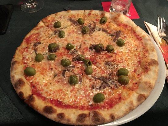 Kleinwalsertal, Αυστρία: Pizza mit Oliven, Kapern, Sardellen