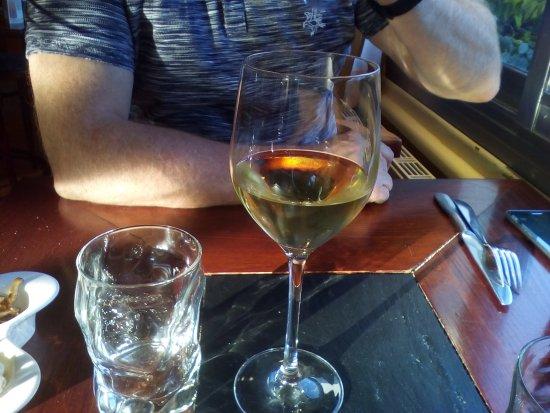 Baudricourt, فرنسا: verre apéritif servi moioitié plein!