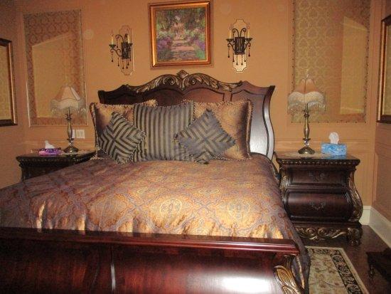 Rose Manor Inn: Comfortable king size bed