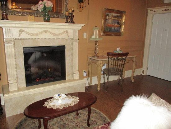 Rose Manor Inn: loved the fireplace and relaxing area to lounge in our room