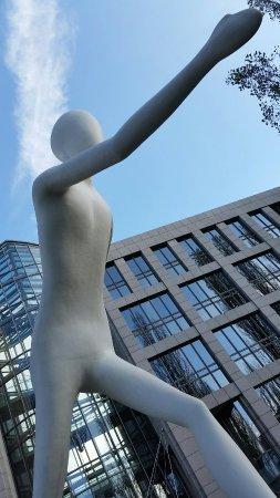 Schwabing: Der Walking Man....eine von Jonathan Borofsky entworfene Skulptur.......