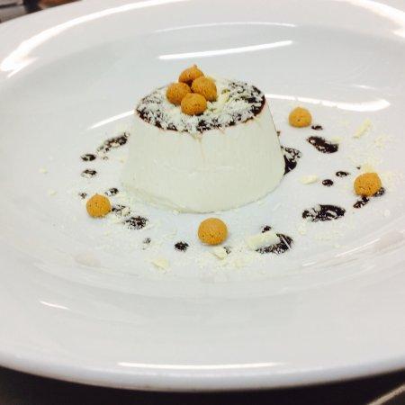 Antica Trattoria Le Barettine : Panna cotta con amaretti e cioccolato bianco