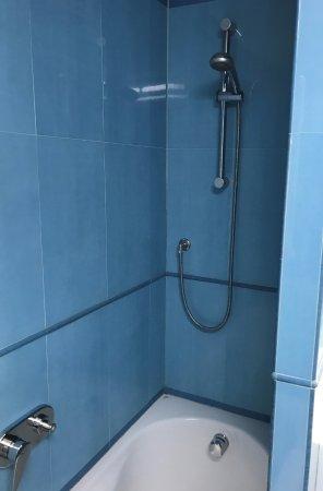 Solbiate Olona, Italia: Dated bathroom.