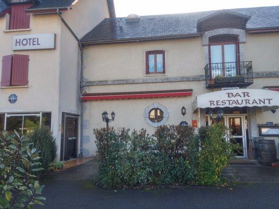 Montory, Francja: Detalle de la entrada del hotel desde el parking