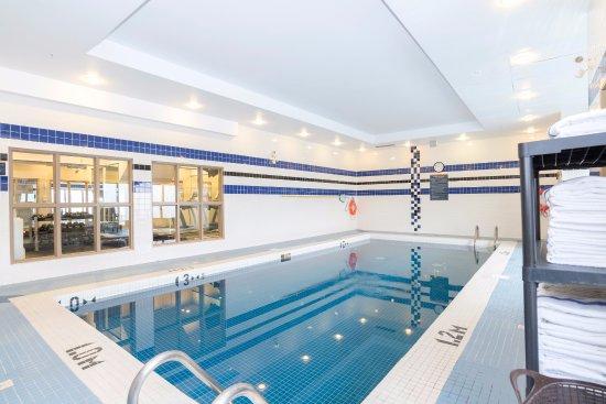 Sandman Hotel Calgary Airport: Indoor Pool