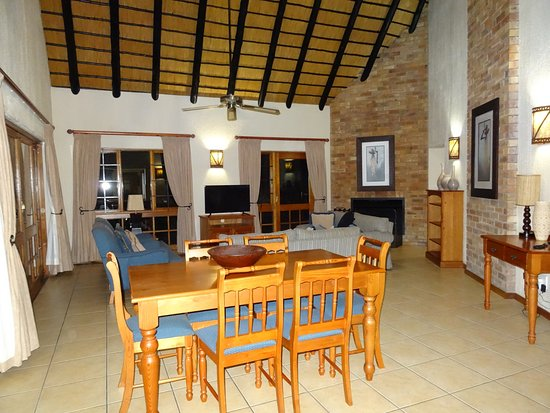 Kruger Park Lodge: Lounge and dining area