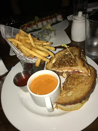 Ossining, Nova York: grilled cheese (with bacon), fries, and cup of tomato soup