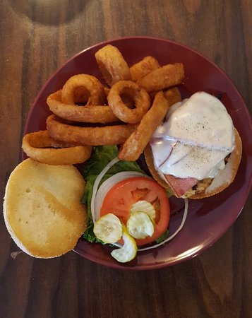 Halfway, Όρεγκον: Malibu Chicken Sandwich & Onion Rings