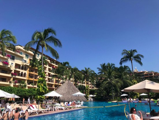 Velas Vallarta : View of the hotel and pool bar