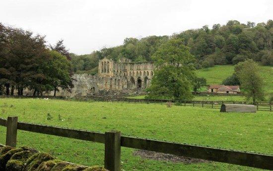 Helmsley, UK: Approaching Rievaulx Abbey