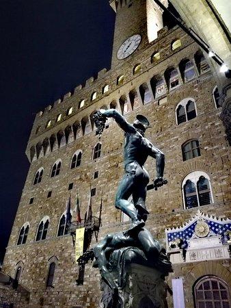 Loggia Fiorentina: Palazzo vecchio e Perseo