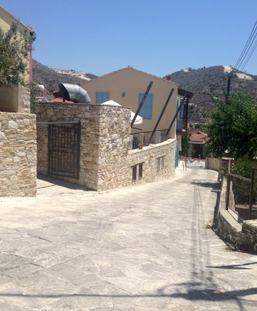 Kalavasos, قبرص: The hotel from top of road
