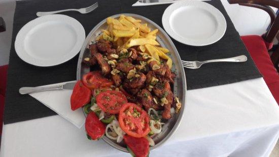 Mala, Spain: Conejo fresco frito ensalada y papá fritas que bueno .