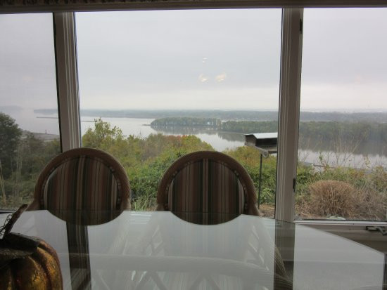 Tara Point Inn and Cottages: View from Breakfast Nook of Mississippi River