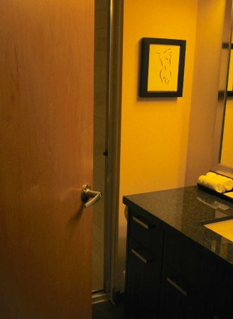 Executive Inn At Whistler Village: Narrow squeeze between door and vanity.