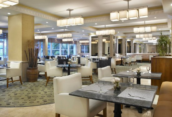 Four Points by Sheraton Miami Beach: Sungrass Restaurant overlooking the pool and garden