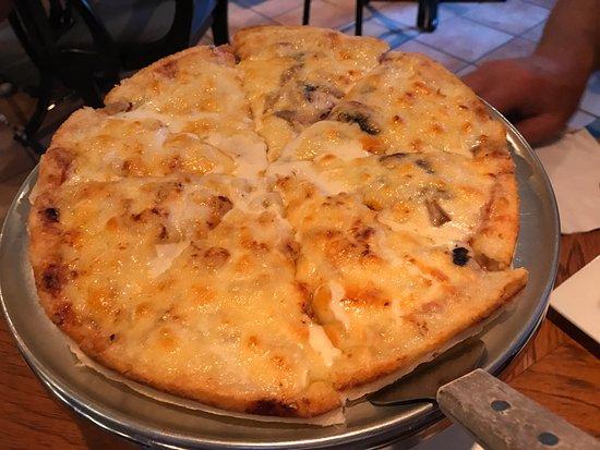 Delicious Hawaiian pizza, best I've had on the coast so far! Giovanni's Ristorante & Lounge, Qua