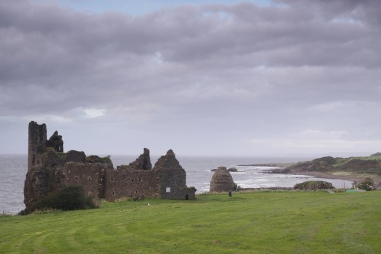 Dunure, UK: castle and ocean view