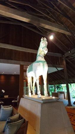 The Datai Langkawi: ロビーで二体の白馬がお出迎え