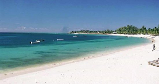 Vilanculos Islands, Mozambique: Vilanculos beach, not far from VilanKulo airport. surrounding restaurants and hotels.