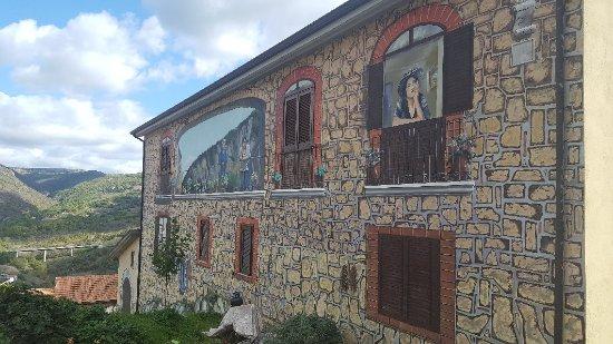Sant'Angelo Le Fratte, อิตาลี: La città dei murales