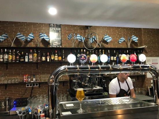 Amber Brewery: Ett bryggeri, i stan! Trevligt! Du kan äta här på Artesanal Cerveceria. Du sitter nära Curva de