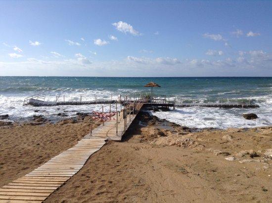 Constantinou Bros Athena Royal Beach Hotel: Сломанный понтон