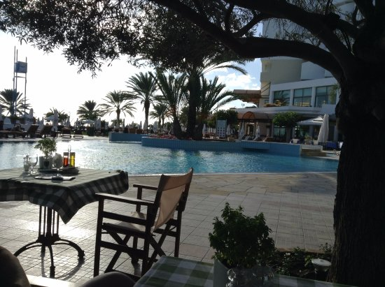 "Constantinou Bros Athena Royal Beach Hotel: Вид из ресторана ""Оливковое дерево"""