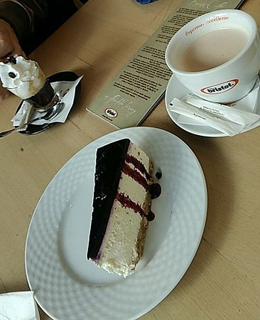 Miercurea-Ciuc, Romania: Coffee, chase cake and chai tee