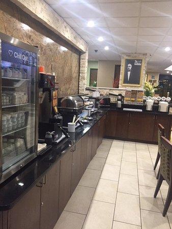 Comfort Inn Metro Airport: Das Frühstückszimmer mit einer für amerikan. Verhältnissen guten Auswahl