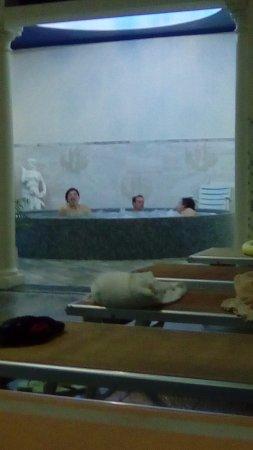 Hotel Terme Eden: idromassaggio tondo ( l'altro si trova sopra la piscina)