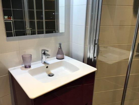 Vol de Nuit, une salle de bain contemporaine avec douche à l ...