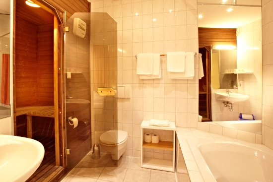 Hotel City Kiel by Premiere Classe: Badezimmer in der Suite