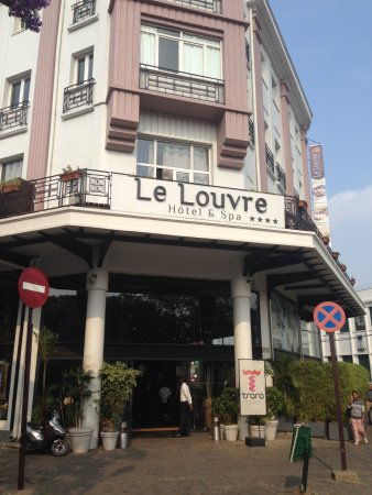 Le Louvre Hotel & Spa: The entrance of the hotel