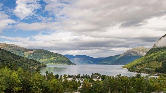 Kinsarvik, النرويج: Kinsarvik. The hotel and the church overlooking the fjord.