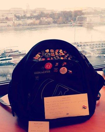 Sofitel Budapest Chain Bridge: Delicadeza da recepção ao nos dar um botton com bandeira da Hungria.